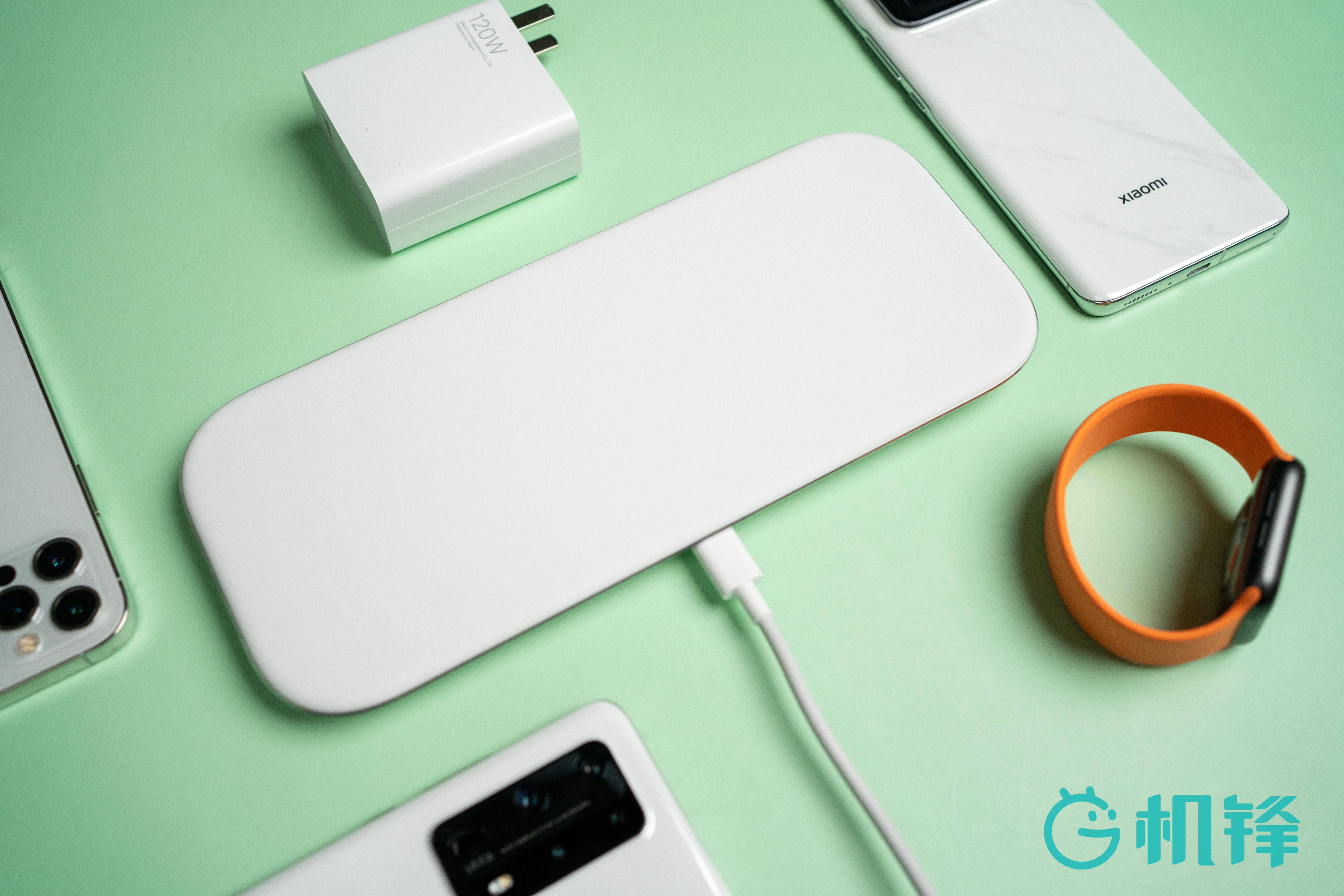 小米多线圈无线快充板,今日开售,定价为599元,其内部设计了19个充电线圈,能够完整的覆盖整个充电板,不管放在任何位置都能实现无线充电。最高支持三台设备同时充电, 单个设备的最高充电功率为20W。