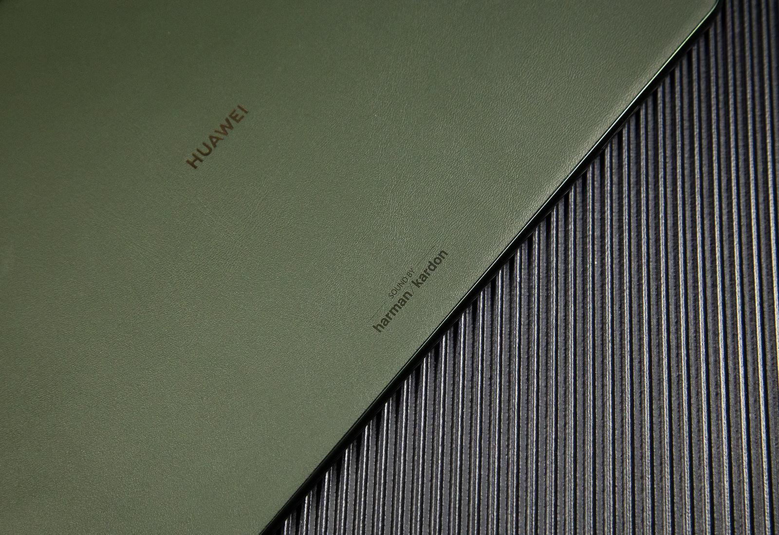 2021年9月23日,华为MatePad 11发布新配色——夏日胡杨,在美学层面将简约低调的配色风格与手感细腻的素皮材质巧妙融合,兼顾了时尚与质感。胡杨是沙漠中最别致的画卷,也是沙漠中永远不倒的丰碑,