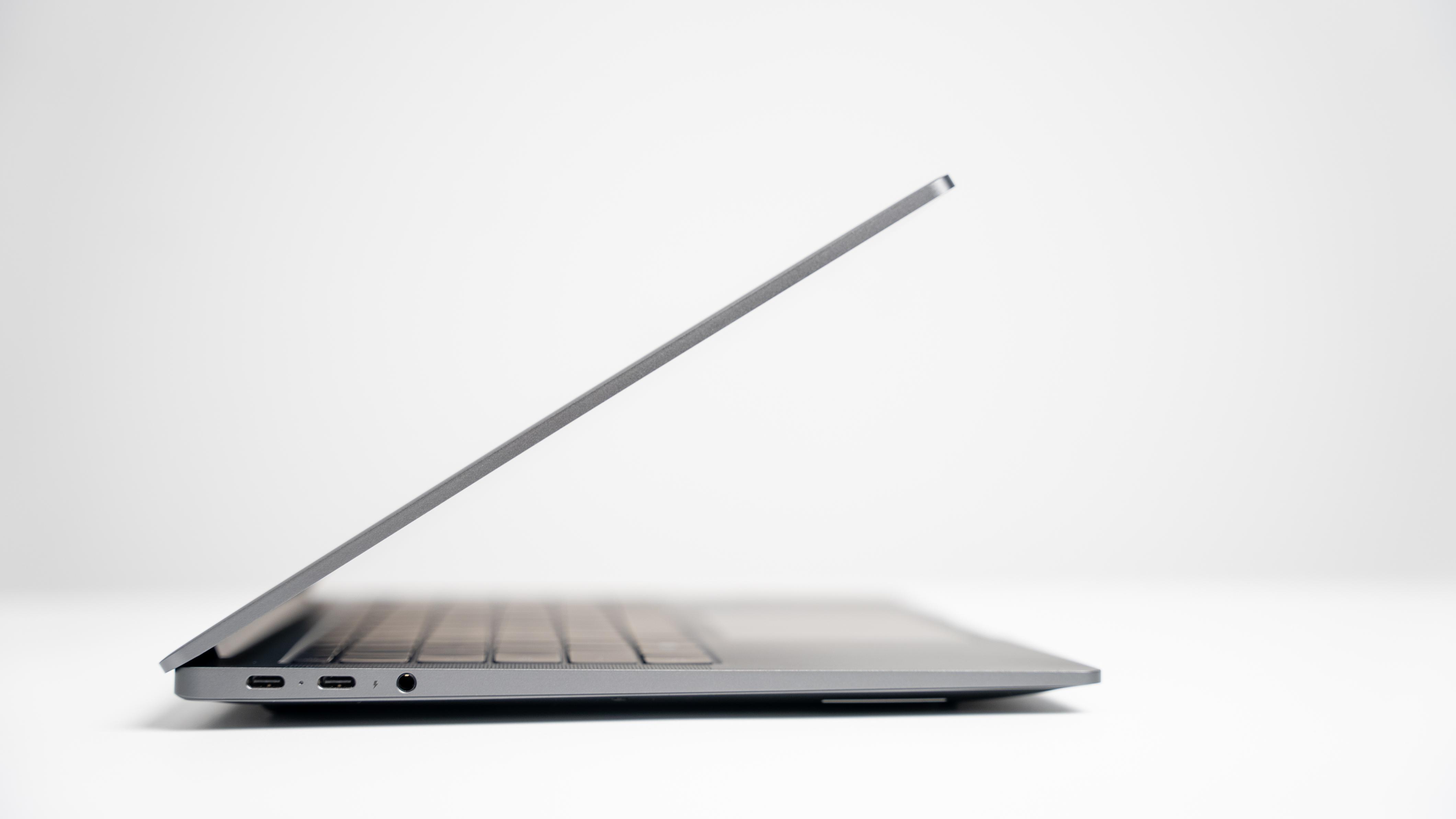 外观上,荣耀MagicBook V 14的主板和屏幕厚度缩减15%以上,使得整机轻至1.48Kg,薄至14.5m,再次突破MagicBook系列笔记本的轻薄极限,为消费者带来更加纤薄、轻巧的体验。