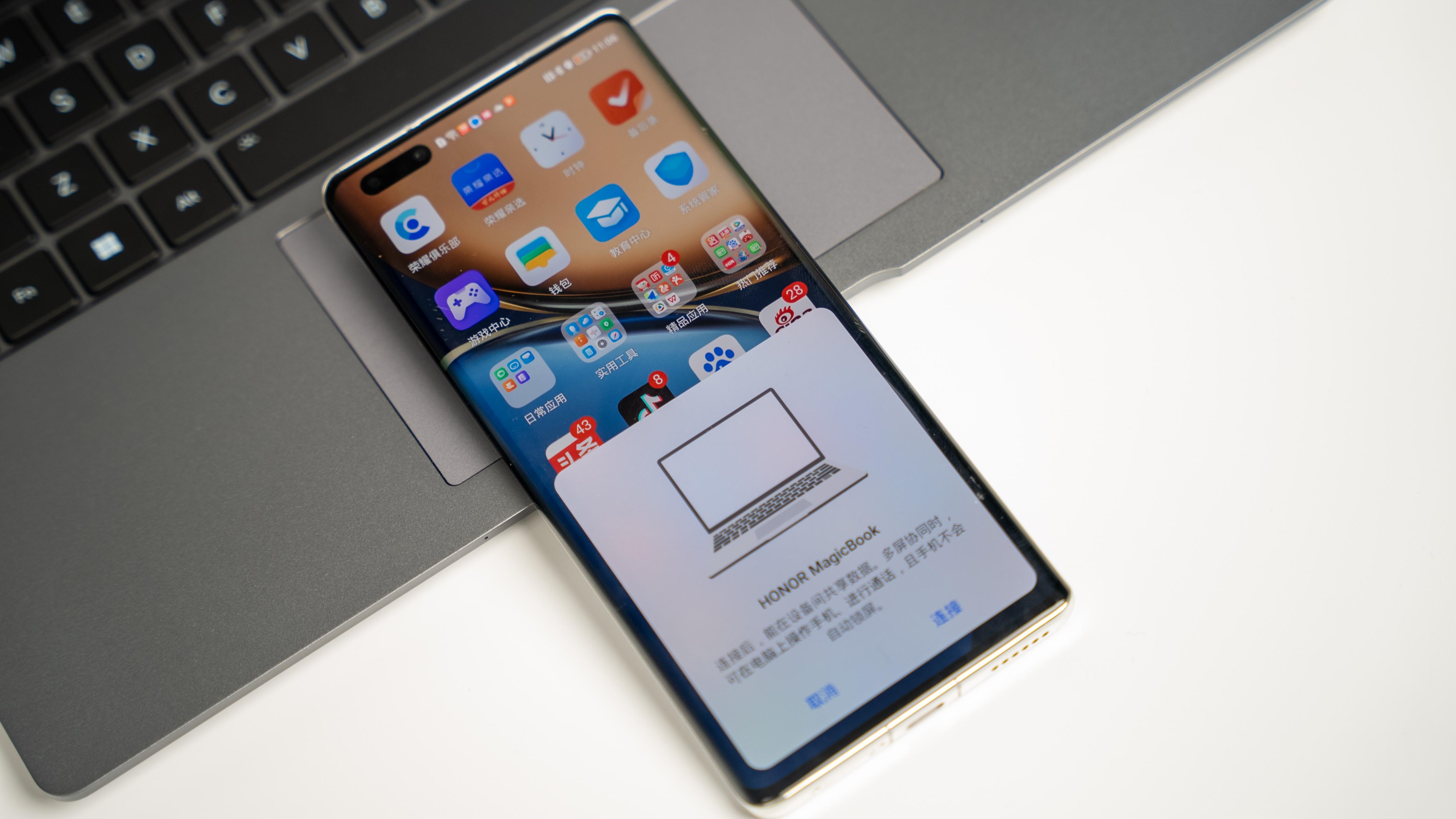 在智慧交互上,荣耀MagicBook V 14与手机联动,可以实现文档、图片互传,在PC上即可代开手机内文件、APP,剪切板共享功能,以及用PC接打手机电话等更多应用之上