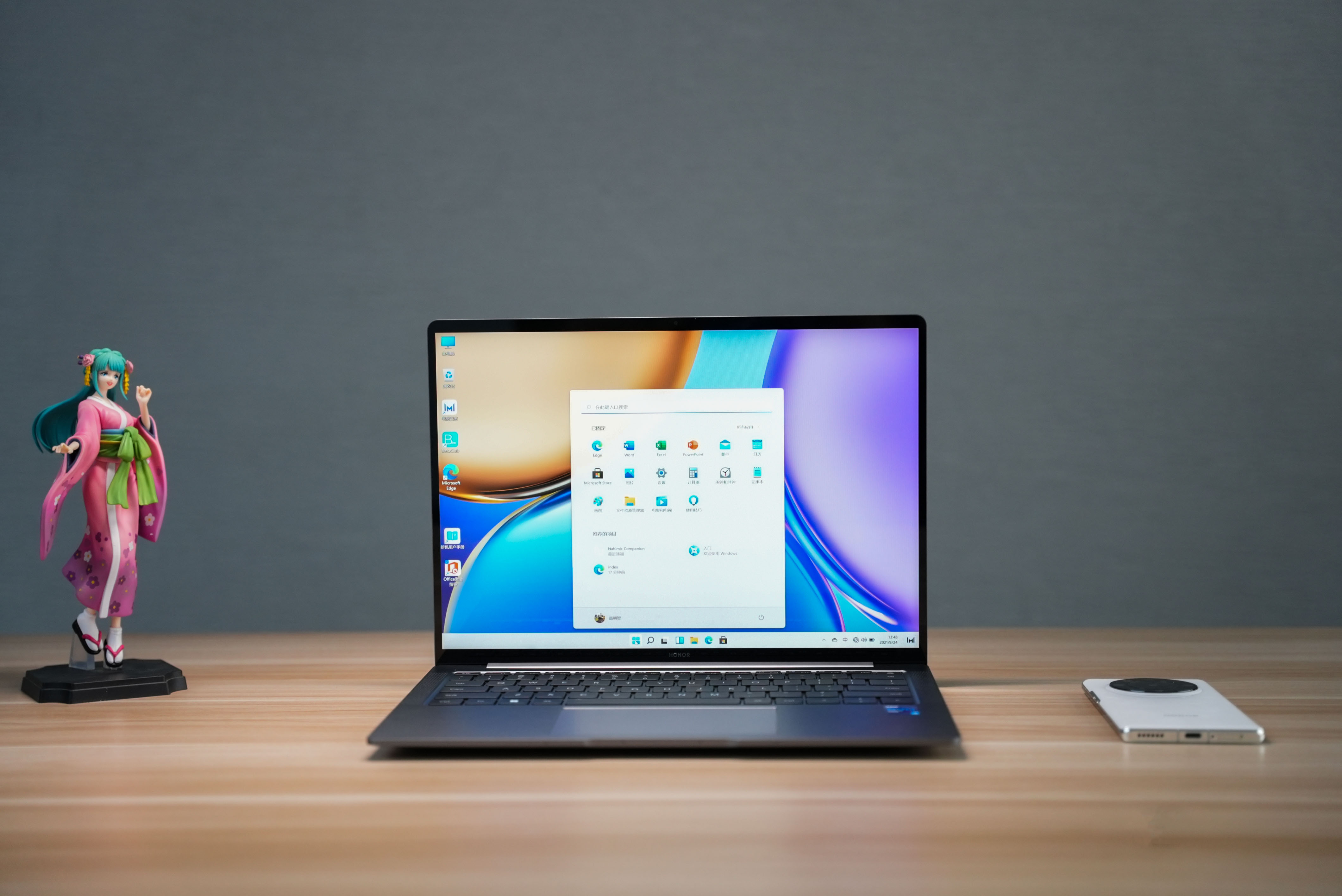 正面屏幕上,采用14.2英寸LTPS镜面屏设计,3:2屏幕比例,拥有90.5%超高屏占比,2.5K高分辨率,90Hz高刷新率,并支持10.7亿色高色深,让颜色呈现更加绚丽多彩,细节显示更加栩栩如生。