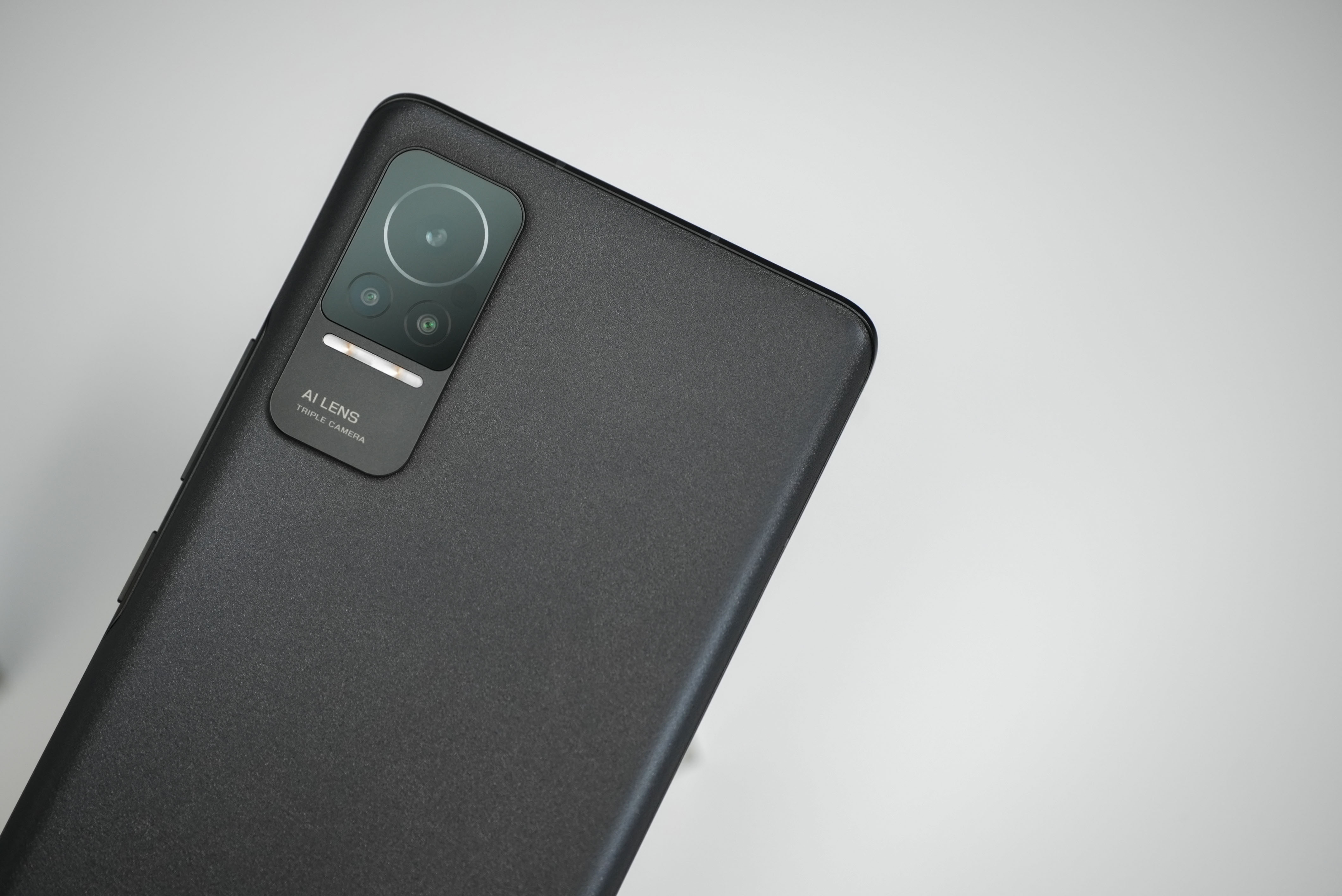 小米 Civi 搭载骁龙778G处理器,并且内置一块4500mAh容量的电池,支持55W疾速秒冲,官方数据显示45分钟即可为手机充入100%电量。