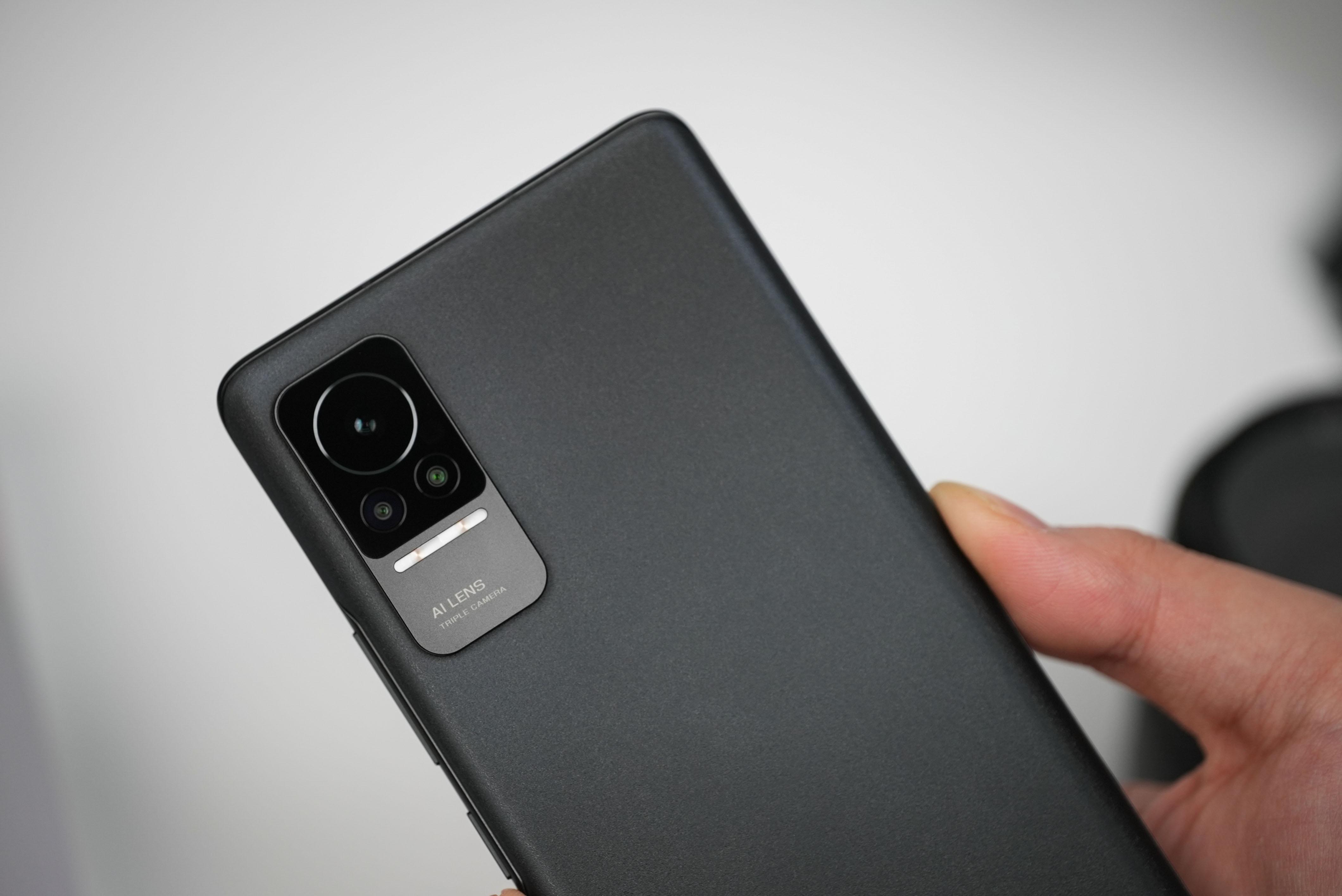 小米 Civi 后置 AI 三摄主角相机,包括:6400 万像素高清主摄、超广角、微距,三颗镜头覆盖日常场景,其主角镜头支持大光圈模式,可虚化背景,突出主体。