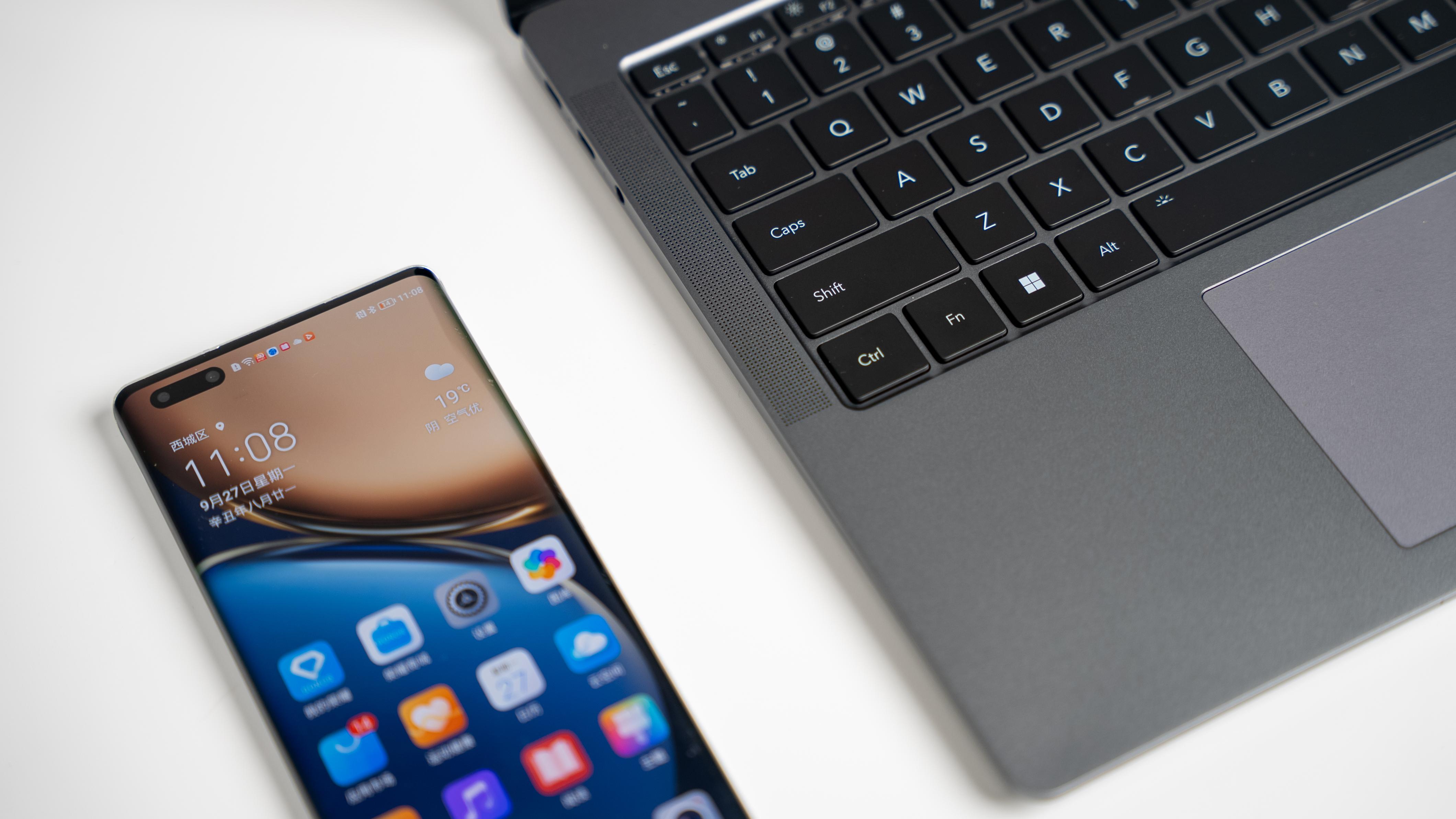 """还可以在PC屏幕上同步打开3个手机的独立应用,并支持一主二副三个窗口同时协同工作,""""一心多用"""",效率加倍。"""