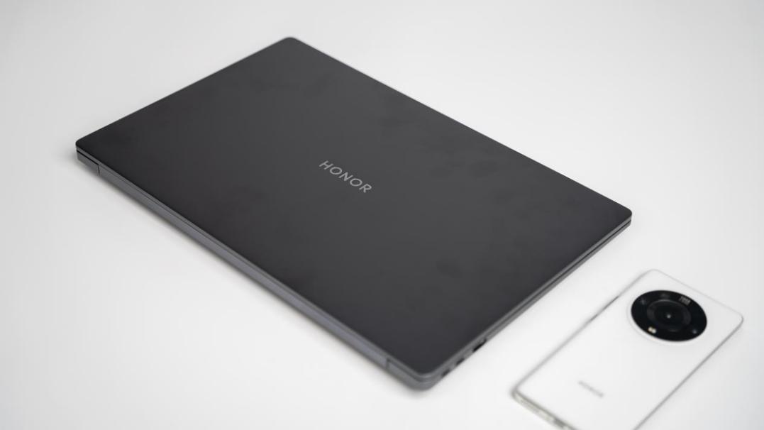 9月26日晚,荣耀新一代高性能大尺寸轻薄本荣耀MagicBook 16/16 Pro锐龙版正式亮相。不仅拥有144Hz刷新率的16.1英寸大屏幕,更是搭载了顶级处理器与显卡。