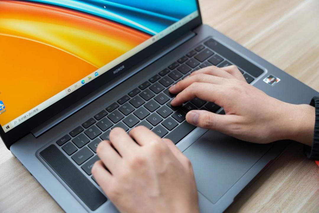 荣耀MagicBook 16 Pro锐龙版搭载16.1英寸电竞理想屏,拥有100%的sRGB广色域,对比度高达1000:1,无论显示高清图片,还是播放高清视频都能做到游刃有余