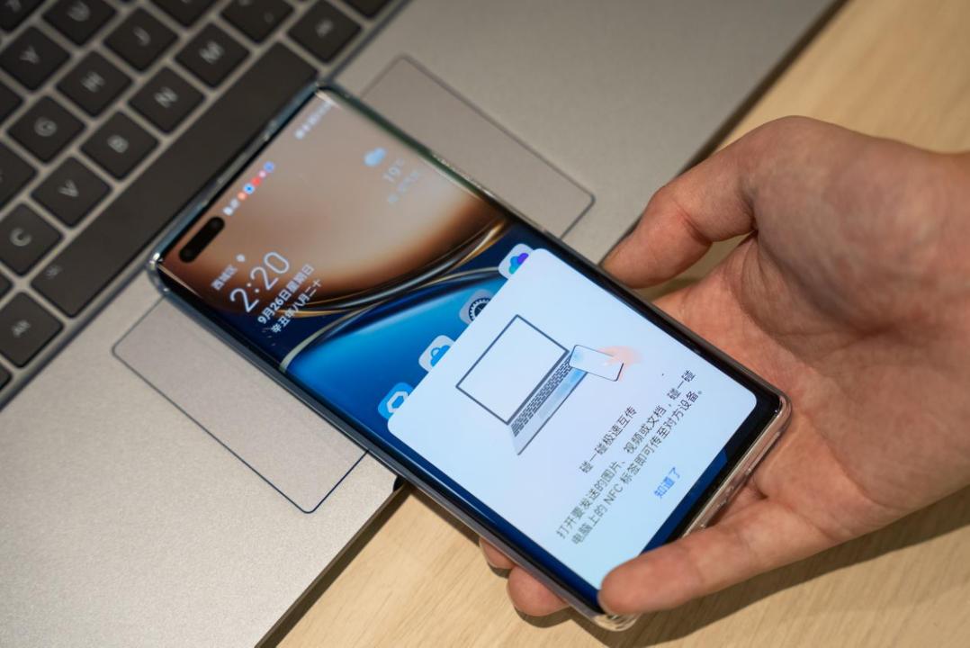 此外,荣耀MagicBook 16 Pro锐龙版在未来升级中还将能通过多屏协同,将PC内容直接扩展或镜像到智慧屏或Pad上去。在镜像模式下,利用Pad的触摸和手写笔能力,可以辅助PC侧的PS等专业软件