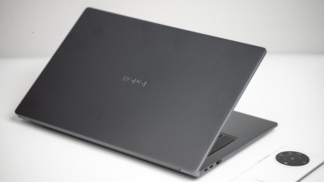荣耀MagicBook 16 Pro锐龙版在外观上继承了荣耀笔记本的家族设计语言,整机尺寸为368mm × 236mm × 18.2mm,集显版本1.84kg,独显版本1.87kg